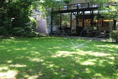 【飲食店への施工例】木漏れ日あふれる芝生のお庭にスプリンクラーを導入。