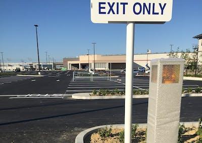 【商業施設の施工例】外資系大型スーパーの外構緑地帯にコントローラーとドリップチューブを敷設。